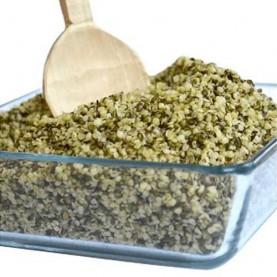 lúpané konopné semienka v sklenenej miske