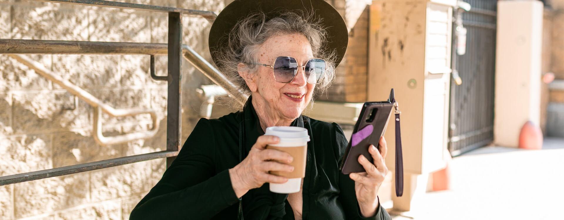 CBD a menopauza - usmievajúca sa staršia pani
