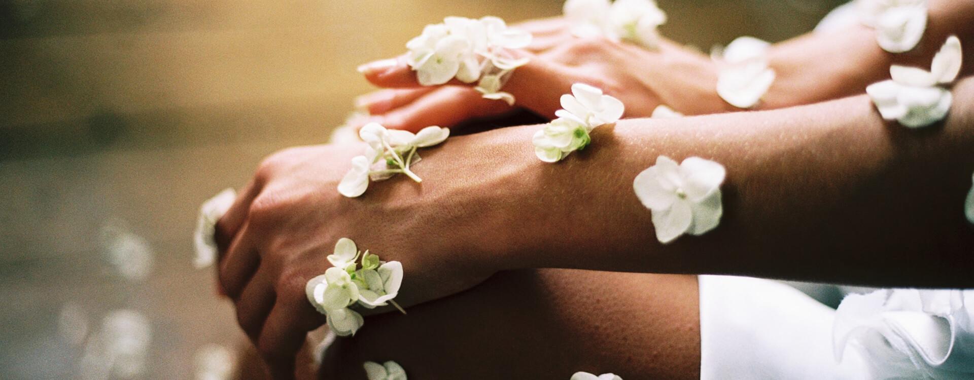 Ilustračný obrázok - zdravá pokožka: krásne ženské ruky a nohy pokryté jemnými kvietkami